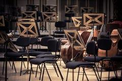 Tomma platser f?r orkester p? en etapp arkivbild