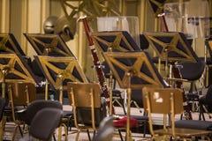Tomma platser f?r orkester p? en etapp arkivfoton