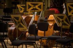 Tomma platser f?r orkester p? en etapp royaltyfria bilder