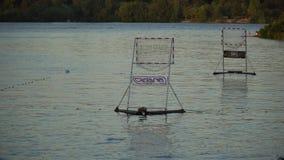 Tomma portar för Polo Kayaking på floden ytbehandlar stock video