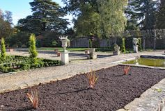 Tomma rabatter som är klara för att plantera på den Arley arboretumen i Midlands i England royaltyfria foton