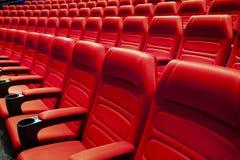 Tomma rader av röda teater- eller filmplatser Royaltyfri Bild