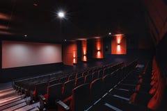 Tomma rader av röda teater- eller filmplatser Stolar i biokorridor bekväm fåtölj Royaltyfria Foton