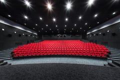 Tomma rader av röda teater- eller filmplatser Stolar i biokorridor bekväm fåtölj Arkivbilder