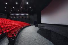 Tomma rader av röda teater- eller filmplatser Stolar i biokorridor bekväm fåtölj Fotografering för Bildbyråer
