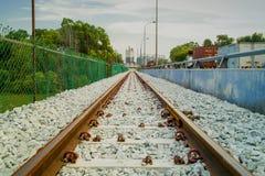 Tomma railtracks som leder till en växt Arkivbilder