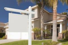 Tomma Real Estate undertecknar framme av nytt hus Arkivfoto