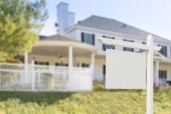 Tomma Real Estate undertecknar framme av nytt hus Royaltyfri Foto