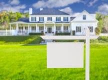 Tomma Real Estate undertecknar framme av nytt hus Arkivbilder