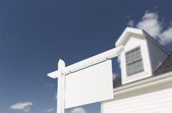 Tomma Real Estate undertecknar framme av nytt hus Royaltyfri Bild