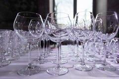 Tomma rena dricka vinexponeringsglas Rad av tomma vinexponeringsglas på stångräknare Royaltyfria Foton