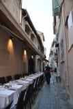Tomma restaurangtabeller som väntar på gäster Royaltyfri Bild
