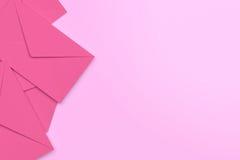 Tomma rosa kuvert på rosa bakgrund, tolkning 3D Royaltyfri Fotografi