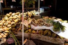 Tomma shels av nya kokosnötter i marknaden Fotografering för Bildbyråer