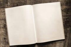 Tomma sidor för öppen bok på Grungetimmerbakgrund Royaltyfria Bilder
