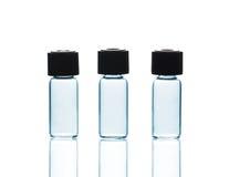 Tomma små medicinflaskor med och reflexioner Arkivbild