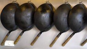Tomma stekpannor för dekorativ gammal tappning som hänger på väggen stock video