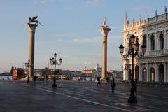 Tomma Sts Mark fyrkant i Venedig Italien tidigt på morgonen royaltyfri foto