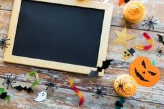 Tomma svart tavla- och halloween partigarneringar Royaltyfri Foto
