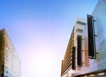 Tomma svarta vertikala baner på byggnadsfasaden, designmodell Arkivfoto