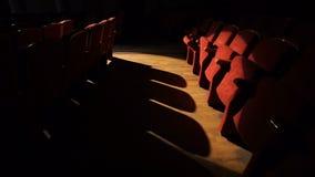 Tomma teaterplatser som är klara för den stora showen