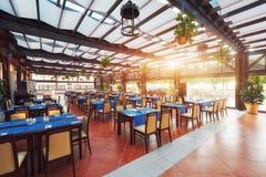 Tomma tjänade som väntande på besökare för restaurangtabell lokaliseras på stranden Amara Dolce Vita Luxury Hotel semesterort Royaltyfria Bilder