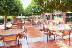 Tomma tjänade som väntande på besökare för restaurangtabell lokaliseras på stranden Amara Dolce Vita Luxury Hotel semesterort Arkivbild