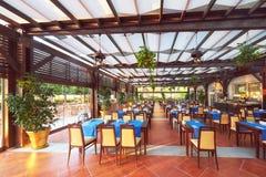 Tomma tjänade som väntande på besökare för restaurangtabell lokaliseras på stranden Amara Dolce Vita Luxury Hotel semesterort Arkivfoton