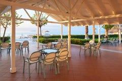 Tomma tjänade som väntande på besökare för restaurangtabell lokaliseras på stranden Amara Dolce Vita Luxury Hotel semesterort Royaltyfri Bild