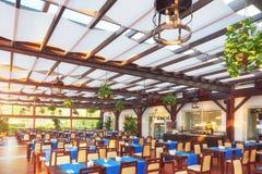 Tomma tjänade som väntande på besökare för restaurangtabell lokaliseras på stranden Amara Dolce Vita Luxury Hotel semesterort Royaltyfri Foto