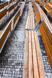 Tomma träbänkar på stads- fyrkant i höst Royaltyfri Fotografi
