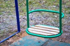 Tomma trägungor för behandla som ett barn eller äldre unge på den fäktade lokala lekplatsen Royaltyfri Foto