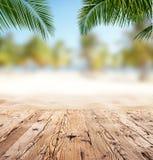 Tomma träplankor med suddighet sätter på land på bakgrund Arkivfoto