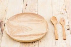 Tomma träplatta och skedar, gafflar Arkivfoton