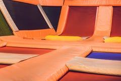 Tomma trampolin i trampolinen centrerar inomhus arkivfoto