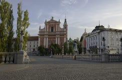 Tomma Tromostovje (tre broar) på en sommarmorgon med kyrkan Arkivbilder
