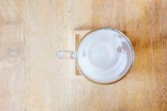 Tomma varma mjölkar koppen Arkivfoto