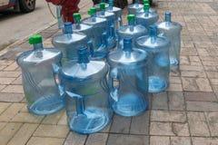 Tomma vattenkylareflaskor Arkivbilder