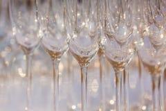 Tomma vinexponeringsglas, övre rad för slut av tomma exponeringsglas i restaurang Royaltyfri Foto