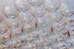 Tomma vinexponeringsglas, övre rad för slut av tomma exponeringsglas i restaurang Royaltyfri Bild