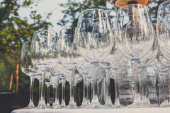 Tomma vinexponeringsglas i rad på restaurangtabellen Royaltyfri Bild