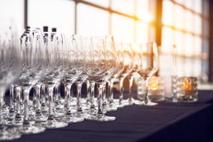 Tomma vinexponeringsglas i raden i stången för aftonparti och matställe Arkivfoto
