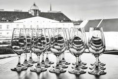 Tomma vinexponeringsglas i raden på tabellen Royaltyfria Bilder