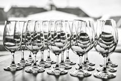 Tomma vinexponeringsglas i raden på tabellen Royaltyfri Fotografi