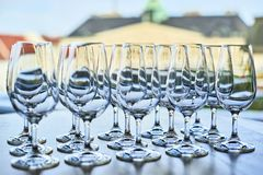 Tomma vinexponeringsglas i raden på tabellen Fotografering för Bildbyråer