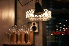 Tomma vinexponeringsglas i restaurang Arkivfoto
