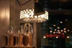 Tomma vinexponeringsglas i restaurang Arkivbild