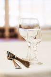 Tomma vinexponeringsglas i restaurang Royaltyfri Bild