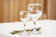 Tomma vinexponeringsglas i restaurang Arkivfoton