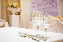 Tomma vinexponeringsglas i restaurang Royaltyfri Fotografi
